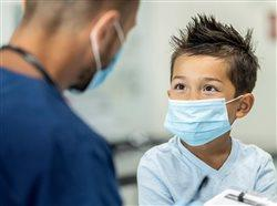 Tener seguro médico contribuye al éxito de estudiantes jóvenes