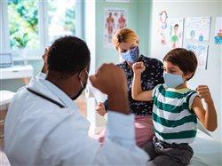 Las visitas médicas de rutina y las vacunas son fundamentales durante la pandemia de COVID-19 y para participar en clases y juegos en persona